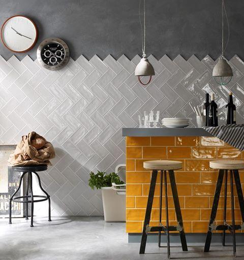 Biel w kuchni może być klasyczna, ale równie dobrze może być nowoczesna, jak tutaj! Ciekawi jesteśmy, co powiecie na takie nietypowe ułożenie płytek? :)   #kuchnia #kitchen #biel #white #płytki #tiles #cegiełki #cegły #klasyka #classic #nowocześnie #nowoczesność #ściana #wall #perfect