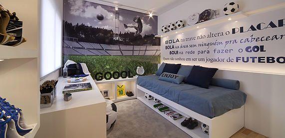 Outro quarto inspirado no futebol. Adorei a foto aplicada na parede com o efeito da cor somente na grama (para não pesar no ambiente pequeno). Projeto Fernanda Marques.