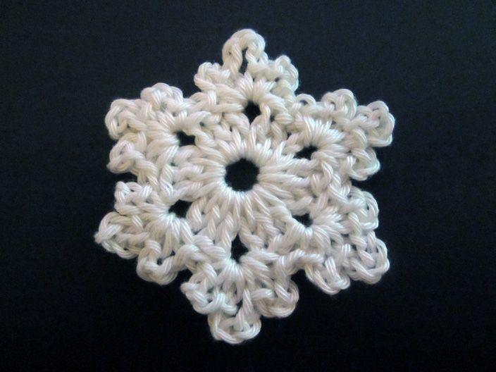 Makkelijk haakpatroon van een sneeuwvlok. Onderdeel van een kerstslinger van katoen (op de site staan ook patronen van een kerstboom, ster en hartje). Gratis en Nederlands patroon.