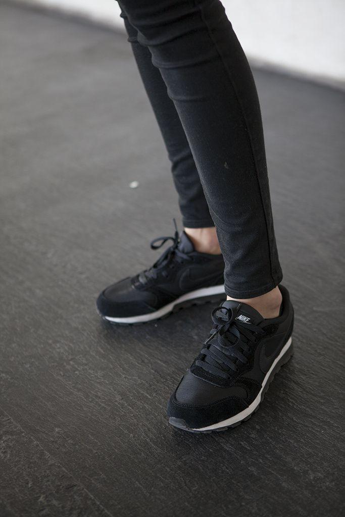 Comodidad ante todo! Si bien reconozco que no soy una fanatica de usar zapatillas, siento que si las usas no estas fuera de moda, para nada, sientan muy bien con leggins, jeans, faldas y por que no, vestidos. Te sientes a la moda y atractiva cuando eres tu misma.