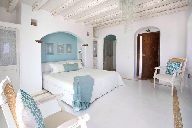 Традиционные окрашенные бетонные полы в одной из семи спален. .