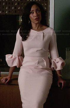 Vuelven los tonos pastel para esta primavera. En este caso un vestido de invitada perfecto con un zapato de tacón en tono beige .