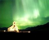 Une église illuminée avec la magnifique aurore boréale, ou Northern Light qui éclaire le ciel en Islande   stock photography