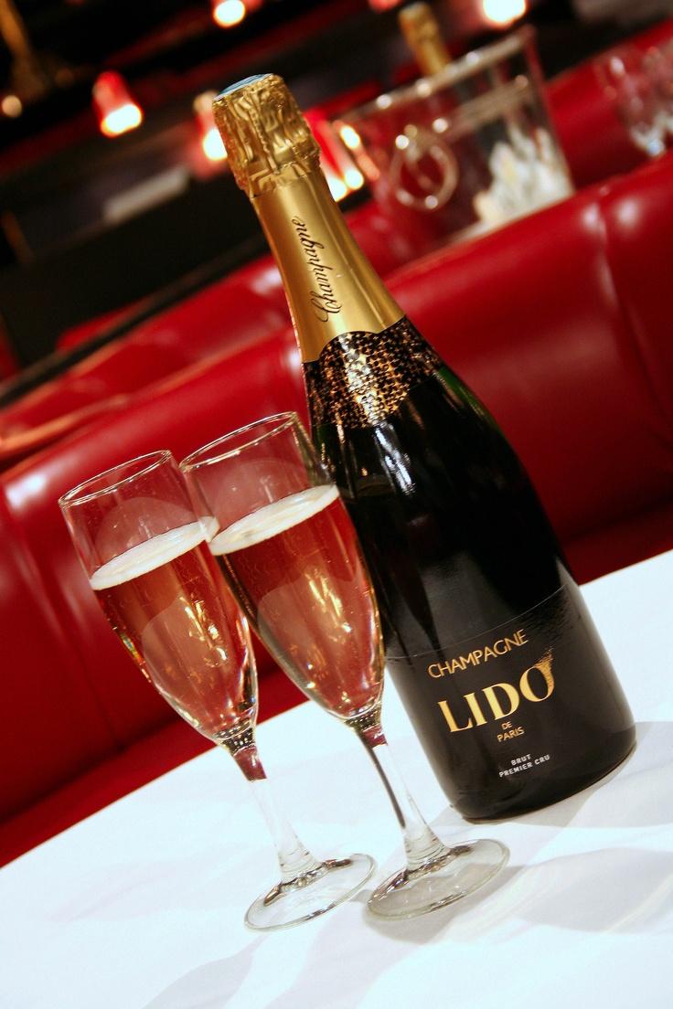 """Goûter au champagne exquis du Lido devant sa revue """"Bonheur"""". #PARISCityVISION #visitparis #paris #lido #cabaret"""