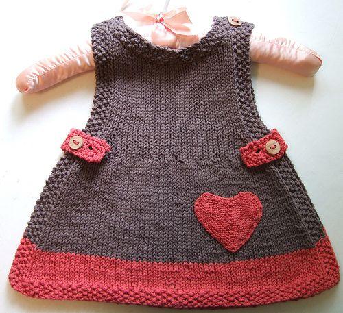 Omuzdan tek düğmeli,yanlardan süs düğmeleri olan örme kız çocuk elbise örneğinin yapılışı altaki yazıda.Siz isterseniz aynı modeli farklı örnek kullanarakta yapabilirsiniz.Daha büyük çocuklar için …