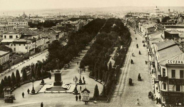 Тверской бульвар. Назван в 1796 году по Тверской улице, к которой примыкает. Первоначально назывался просто Бульвар, так как он был единственным в Москве