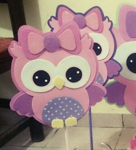 Cute owl hand made in foam , for centerpiece come with a small wood base (other kind of bases are available with different price ) other colors are available too. Follow me in Facebook and instagram @yoyisfoamworld
