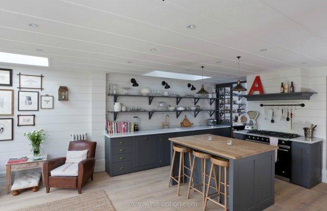Cuisine : murs blancs et meubles gris (avec un plan de travail en bois)
