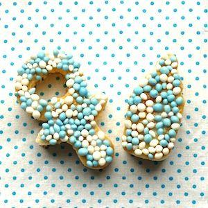 Met een toepasselijke uitsteekvorm maak je met eierkoek en muisjes de leukste kraamtraktaties. Leuk voor de kleinste kraamvisite maar ook voor grote broers en zussen om te trakteren. Recept op http://dekinderkookshop.nl/recipe-items/kraamtraktatie/