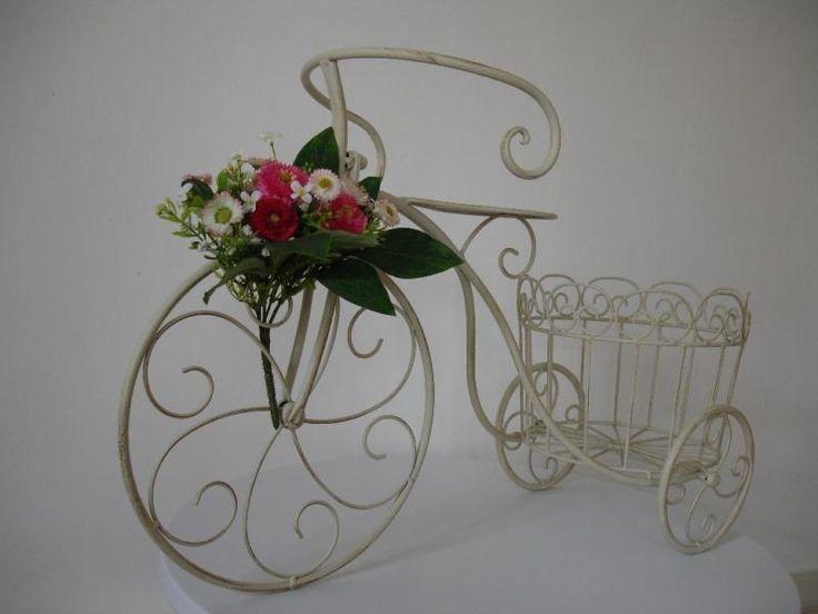Dekoratives Fahrrad zum Bepflanzen aus Metall mit Shabby-Chic-Finish in cremeweiß.Neuwertiger Zustand.Der Blumenstrauß gehört zum Lieferumfang dazu. In den Pflanzkorb kann man einen Blumentopf oder ähnliches stellen.Die Maße: Länge ca. 68 cm, Breite ca. 24 cm, Höhe ca. 44 cm, Pflanzkorb Durchmesser ca. 22 cm.Abholung in Bad Arolsen/ Hessen oder 9,90 € für versicherten Versand mit Hermes.Privatverkauf, keine Garantie, Gewährleistung oder Rücknahme.