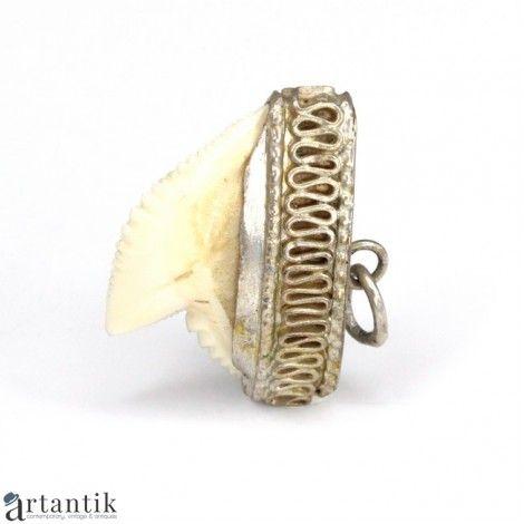 Bijuterii exotice, Amuleta - pandant, dinte de rechin, montura in argint / Exotic jewels, Amulet - pendant, shark tooth, silver mount