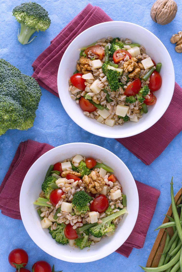 Durante la stagione estiva il #farro diventa un ottimo sostituto del #riso o della #pasta per preparare le classiche insalatone! Qui ho aggiunto #verdure e #noci croccanti!