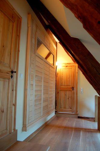 """Die #Sauna als Wandgestaltungselement -   individuelle Einbaubedingungen erfordern innovative Lösungen im #Saunabau.   Hier galt es, das Platzangebot zu vergrößern. Mit dem """"Herausschieben"""" der Sauna durch die Wand konnten ca. 15 cm gewonnen werden und der Gang erhielt zugleich ein dekoratives Gestaltungselement."""