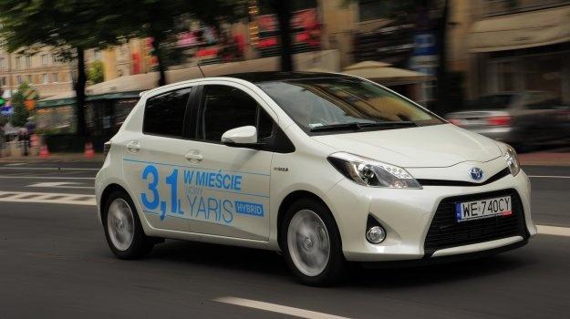 Według zapewnień Toyoty, hybrydowa odmiana Yarisa zużywa w mieście zaledwie 3,1 litra benzyny na 100 km. Brzmi bardzo zachęcająco. Ale czy skomplikowana technika daje szansę na uzyskanie tego wyniku w rzeczywistości?  Czytaj więcej na http://www.magazynauto.pl/testy/testy-porownania/news-toyota-yaris-hybrid-dynamic-test,nId,955461?utm_source=paste_medium=paste_campaign=firefox