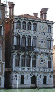 """Ca' Dario, palazzo riccamente decorato da medaglioni di marmo policromo e pietra d'Istria, fu costruito per Giovanni Dario nel 1487. Sin dalla costruzione, purtroppo, si contrappose alla sua bellezza la fama di palazzo """"maledetto """", dovuta al fatto che i numerosi proprietari che vi succedettero furono vittime di cruente dipartite. L'anagramma dell'iscrizione di buon auspicio nel palazzo """"genio urbis joannes dario"""" in """" sub ruina insidiosa genero"""" forse conferma la tesi del maleficio?"""