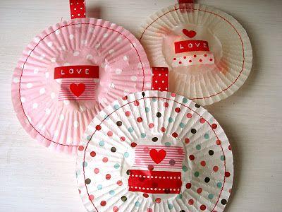 Give away Idee: Muffinförmchen flach drücken, bekleben, fast zunähen, befüllen (z.B. mit Hochzeitsmandeln) und ganz zunähen