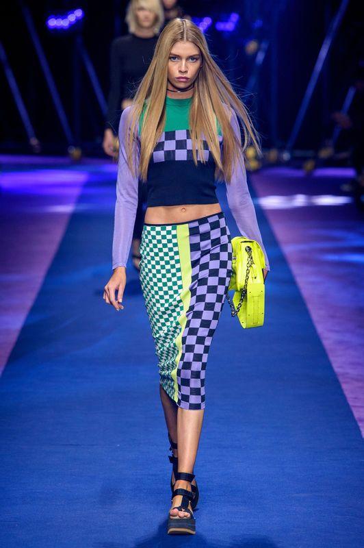 """""""Silna, wysportowana, seksowna""""- tak dom mody Versace reślił swą najnowszą kolekcję nawiosnę ilato 2017 ru. Sportowe inspiracje wpołączeniu zelementami glamour dały zaskakująco świeży efekt. Rewolucja, czy ewolucja wVersace? Co tworzy kobiecą siłę? Jaką zbroję powinna założyć kobieta, bystawić czoło światu? Wdomu mody Versace odzawsze odpowiedzią były zmysłowość iprzepych. Kobieta Versace toprzede …"""