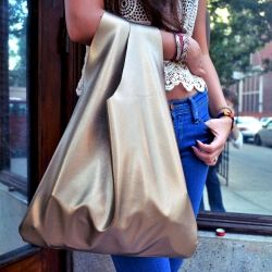 Avec le cuir rouge de Mumu ! DIY 30 minute tote. Make this easy bag in 30 minutes!