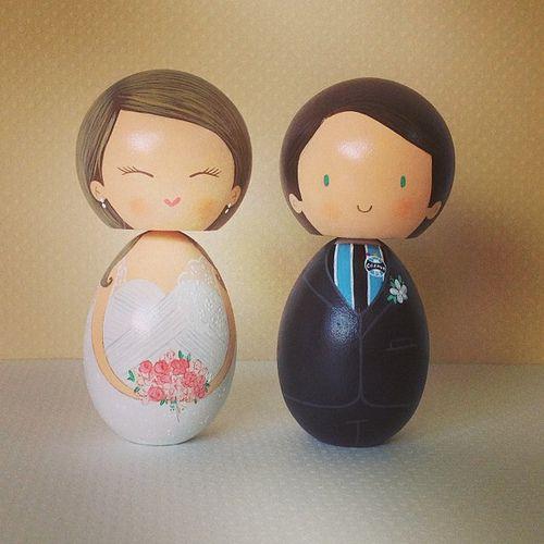 Noivinhos Francieli e Daniel! By Nanda Teixeira #topodebolo #noivinhos #noivinhosdemadeira #vintage #nandateixeira   por nanda.casamento