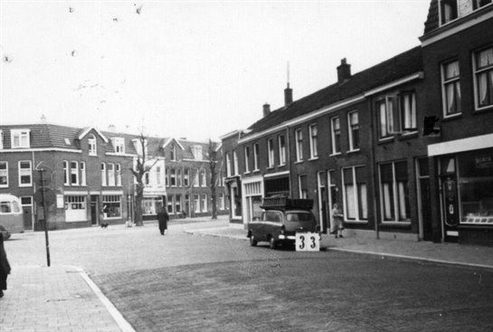 Gezicht in de Zonstraat te Utrecht, met rechts de voorgevel van het winkelpand Sigarenmagazijn Wed. G. van Doorn (Zonstraat 73).1962