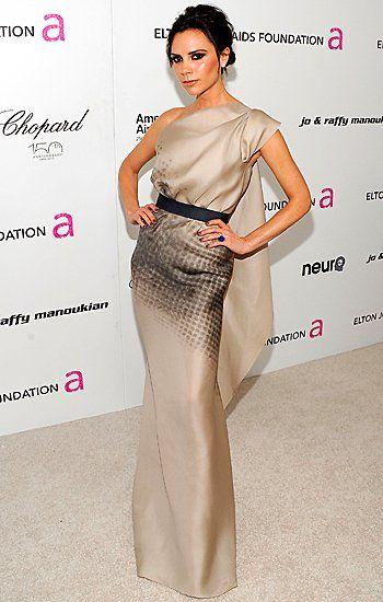 Anlässlich der Oscar Party von Elton John wählt die dreifache Mutter 2010 ein wunderschönes Abendkleid mit grafischem Print aus ihrer eigenen Kollektion.