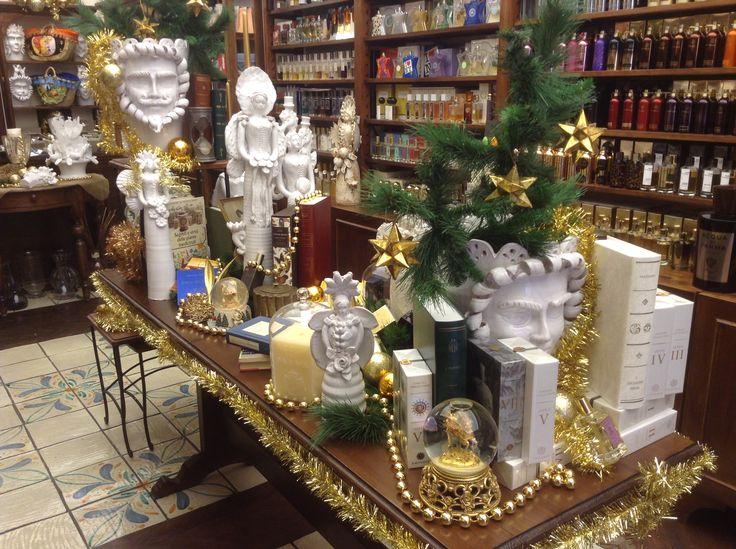 Cari amici di NARCISSE,  il freddo di Dicembre si stempera al fuoco del camino e gli aromi natalizi si diffondono nell'aria pungente: il ginepro della legna che brucia, le rose nei vasi trasparenti come fiocchi di neve, la cannella e le scorze d'arancio del pan di spezie, lo zucchero al velo sui biscotti fragranti, i canditi colorati nel panettone...  Ci avete mai fatto caso? Dicembre e il Natale hanno i loro profumi caratteristici. E noi amiamo le feste anche per questo.  Poteva forse…