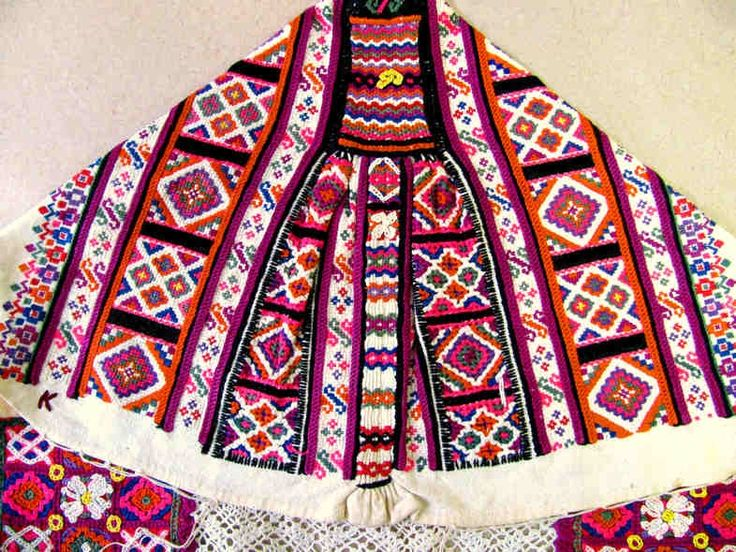 Krížiková výšivka na čepci. Polomka (okr. Brezno), 1. polovica 20. storočia./ Cross stitch embroidery on the bonnet Polomka (dist. Brezno) Slovakia, the first half of the 20th century.