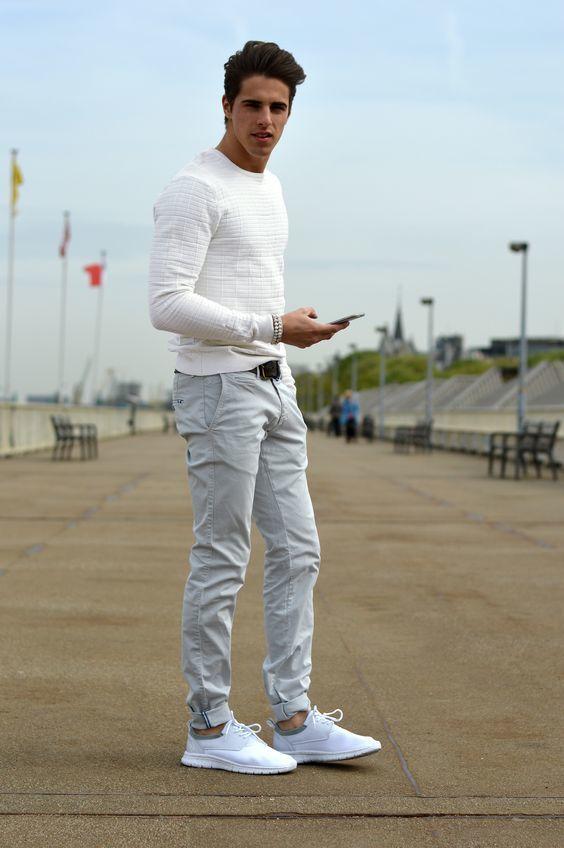 Acheter la tenue sur Lookastic: https://lookastic.fr/mode-homme/tenues/pull-a-col-rond-texture-blanc-pantalon-chino-gris-chaussures-de-sport-blanches/18333 — Pull à col rond texturé blanc — Pantalon chino gris — Chaussures de sport blanches