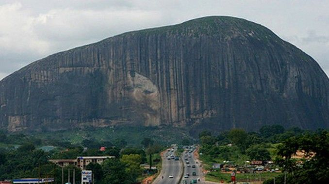 Kawah gunung api adalah sebuah dataran yang terbuat dari magma yang telah mengeras di pucuk gunung berapi. Tugu batu/monoliths adalah sebuah batu yang berukuran besar dan seringkali hanya terdiri dari 1 batu. 2 tipe struktur geologi diatas merupakan kenampakan alam yang sering kita temukan