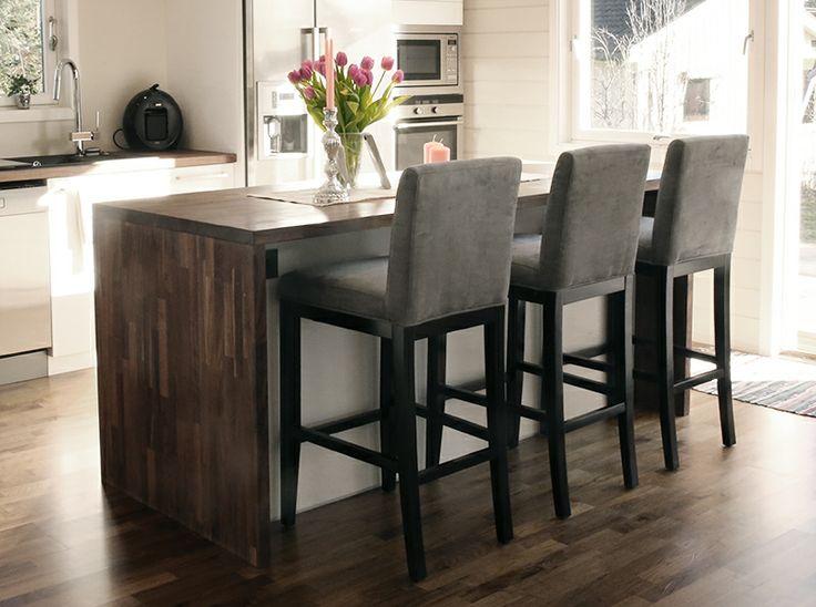 Behagelige barstoler i varmgrå farge, med god støtte i ryggen fra www.krogh-design.no/shop/barstol/
