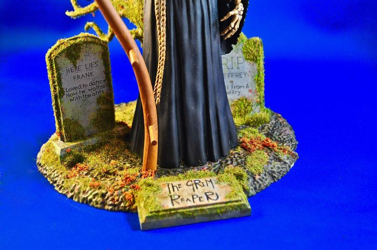 Close-up of base work.  There is nothing written on the gravestone at the front - so I freehanded a name plate.  Happy with this, though there are after-market ones for less than $10.00.  Photo and build-up by Stan G. Hyde