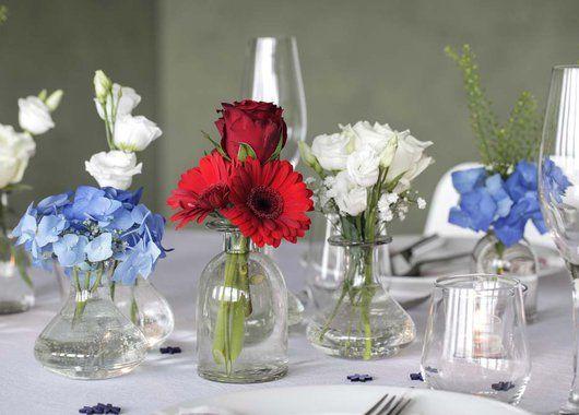Blomster som egner seg godt er hvit lisianthus, blå hortensia og rød germini og roser.