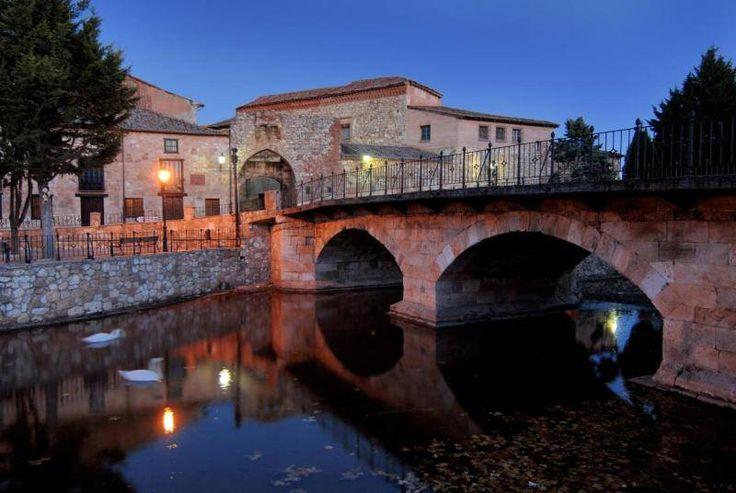Vamos a #Segovia, muy cerquita de nuestra Casa. Hoy queremos mostraros #Ayllón. Con mucha historia este precioso pueblo está cerca de entornos maravillosos como son la Sierra de Ayllón, el Parque Natural de la Tejera Negra, además se puede visitar el hayedo de Montejo, Las Hoces del Río Riaza y su reserva de buitres... Un plan perfecto para pasar un día maravilloso.    Y además, este fin de semana se celebra la XIX Edición Ayllón Medieval, ocasión más que especial para conocer este mar