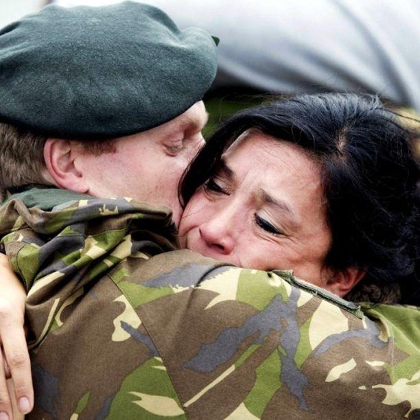 Un soldato della Marina reale olandese saluta la moglie nel porto di Den Helder, nei Paesi Bassi, prima della partenza per una missione nell'Africa occidentale che porterà soccorsi nelle zone colpite da Ebola