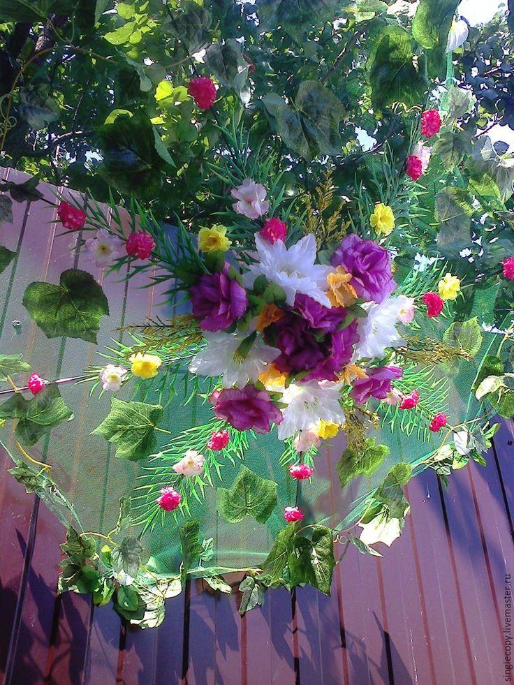 Сегодня я расскажу вам, как можно сделать декоративный элемент — зонтик для свадебной или любой другой фотосессии с применением искусственных цветов. Таким зонтиком также можно и украсить помещение в доме или во дворе частного дома. В общем, кому где нравится. Лично у меня в прошлом году такой зонтик висел в беседке и очен