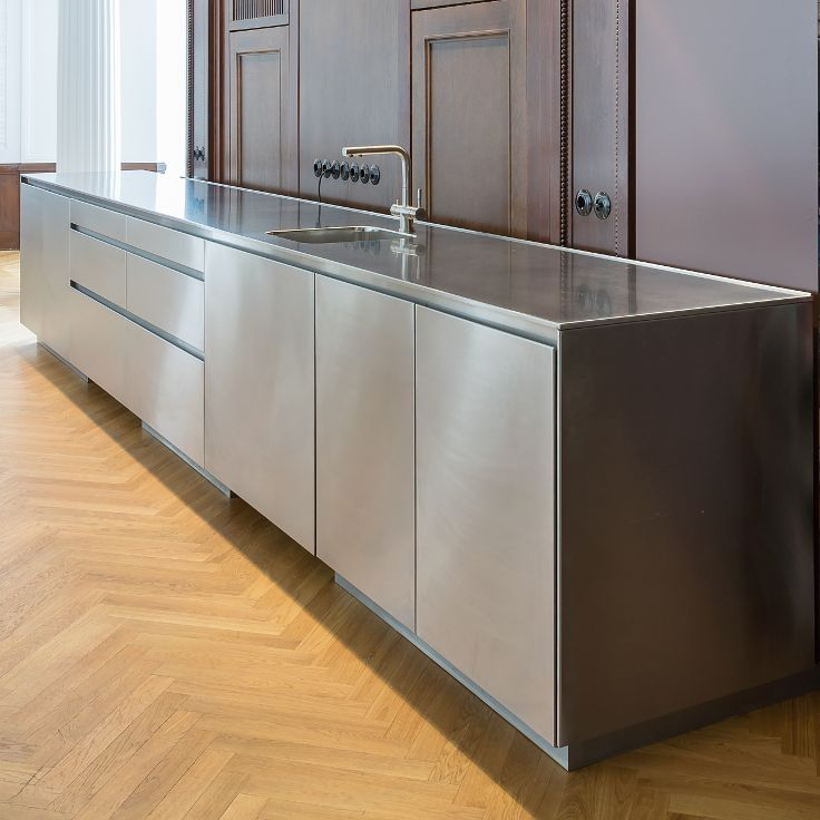 Monolithic kitchen in stainless steel.