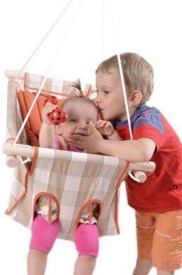 Nem lehet elég korán kezdeni a hintázást.  http://joababanak.hu/fooldal/babahinta