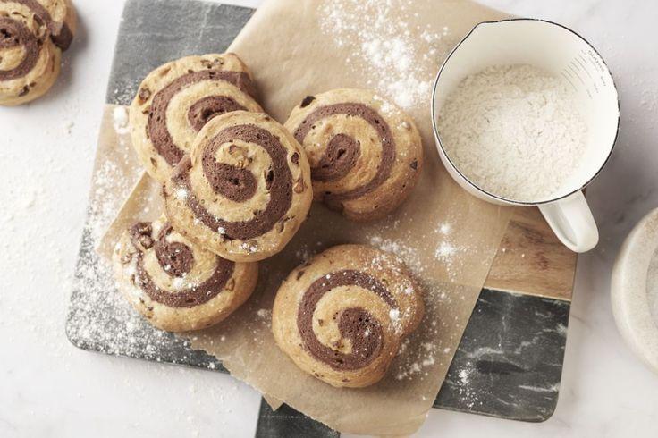 Als je eens wil uitpakken met Valentijn dan zijn deze broodjes een schot in de roos. Een lekker ontbijt met zelfgebakken broodjes. Wie kan dat nu weerstaan. In deze broodjes gaan wat pistachenootjes, heb je liever andere noten of geen noten, liever witte chocolade en donkere chocolade voor een zoeter broodje… je kan volop variëren!