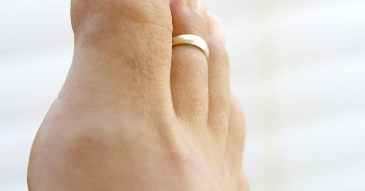 La historia del anillo del dedo del pie. Mientras que los anillos del dedo del pie sirven principalmente como accesorios de moda en los Estados Unidos y en la mayoría de los países occidentales, en ciertas culturas tienen una rica historia y sirven a un propósito simbólico. Este artículo abordará la historia, el significado, los materiales, los estilos y el tamaño de los anillos del dedo ...
