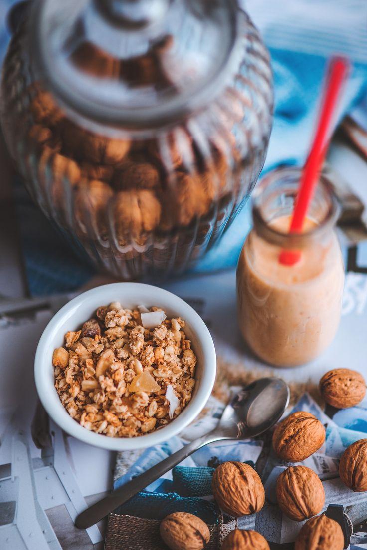 In una dieta #vegana le #noci diventano un'ottima e buona fonte di proteine. In #VeganoManonStrano Stefania ci consiglia diverse ricette con le noci, tra cui il latte vegetale. E se facessimo una colazione a base di noci e #muesli? :)