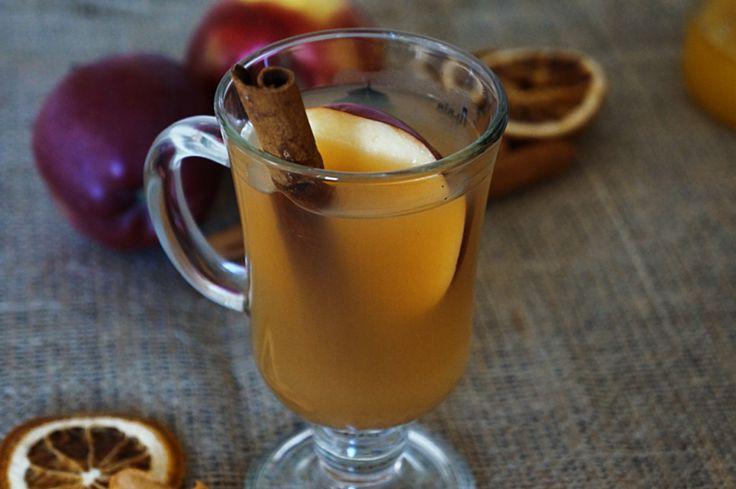 Горячий пряный яблочный сидр Ингредиенты:  Яблоки (можно разных сортов) — 6 шт.Апельсин — 1 шт.Корица — 2 палочки по 10 смГвоздика — 3 шт.Мускатный орех — 0,5 ч.л.Корень имбиря — 1 см.Вода — по необходимостиКоричневый сахар — 3 ст.л.