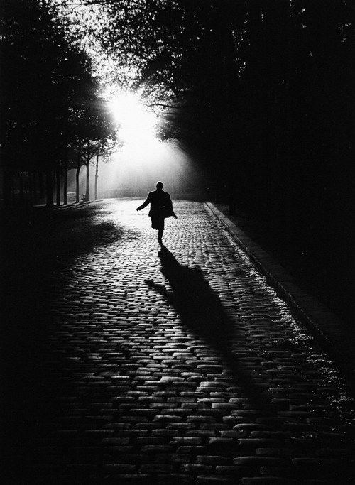 "Sabine WEISS, ""Homme courant dans la lumière"", 1953. Night/nuit, Scary/effrayant, Alone/Seul, Light/lumière."