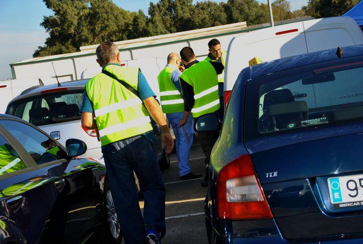 Clientes visitando los vehículos de la Subasta Móvil LeasePlan de Sevilla del 21 de Octubre de 2015. Organizada por Manheim España