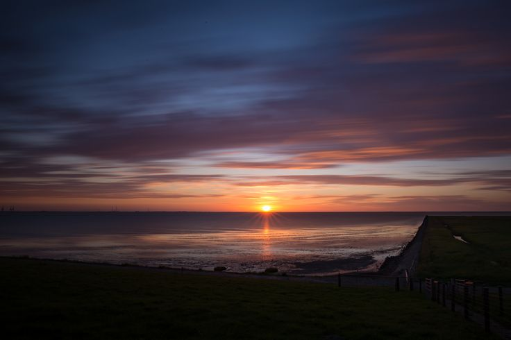 Sonnenuntergang mit einer Langzeitbelichtung festeghalten. Wie das funktioniert und wie du das machen kannst, erfährst du nachdem du auf das Bild geklickt hast!