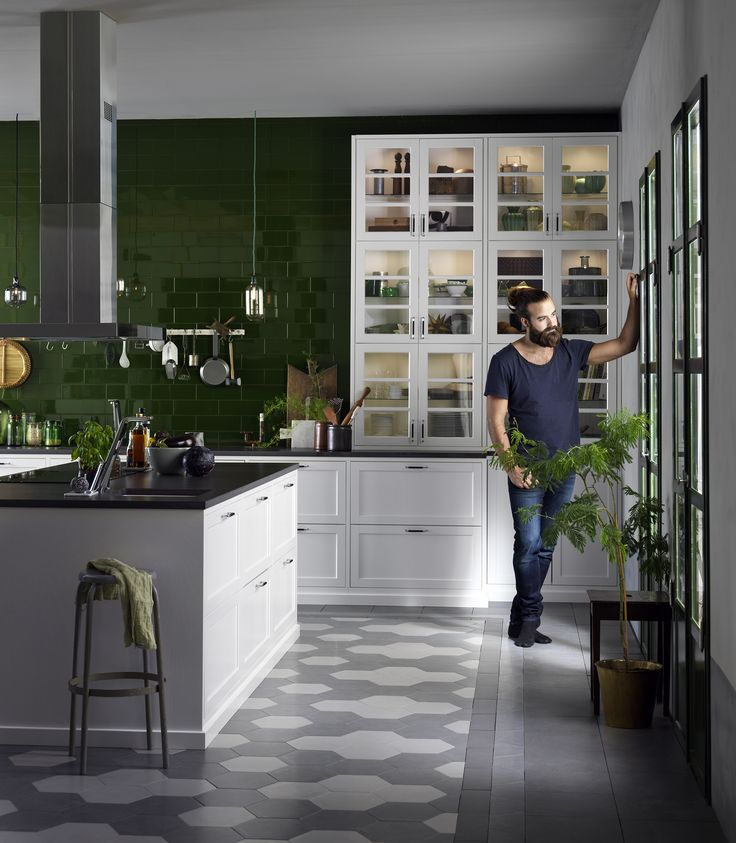 Kjøkkeninspirasjon -  Hvitt kjøkken - Gastro hvit ask  Her har man valgt å jobbe med aksentfargen grønn – noe som gir en lekende kontrast mot det hvite kjøkkenet. | Drømmekjøkkenet