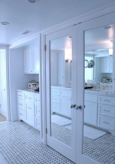 Si tu dormitorio no es muy grande y tienes un armario, en él puedes instalar un espejo y dar una solución tanto real como visual.