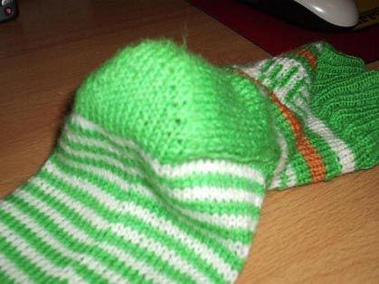 Beispiel Socke mit 60 Maschen zunächst wird natürlich der Schaft gestrickt. nun legt man die Hälfte der Maschen, also hier 30, still. Mit den anderen 30 Maschen strickt man eine Fersenwand (verst…