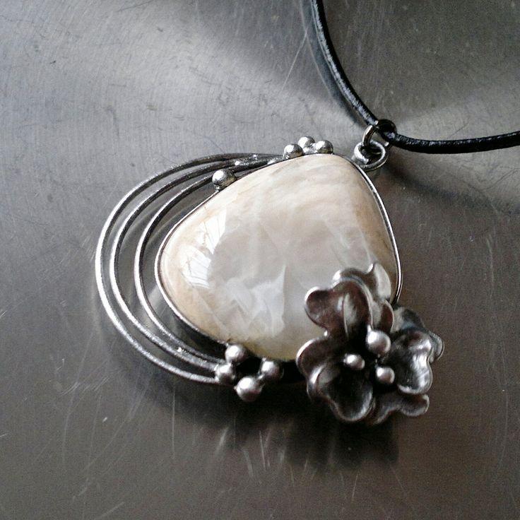 Elune (měsíční kámen) Náhrdelník z krásného měsíčního kamene - zdobeno cínem technikou Tiffany. Šperk je patinován,broušen,leštěn a ošetřen antioxidačním olejem proti povrchovým změnám. Přívěsek o velikosti 5 x 4,5cm je zavěšen na kulaté kůži se zapínáním na karabinku,délka cca 50 cm. Na cínování polodrahokamů používám atestovaný bezolovnatý cín. ...
