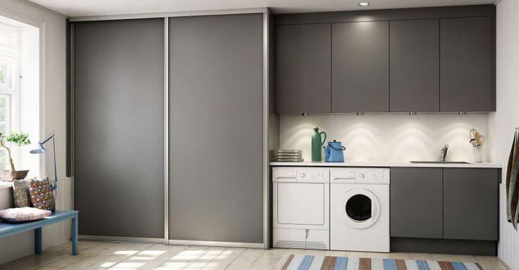 Stilren tvättstuga i grått - rejäl tvättbänk & bra förvaring