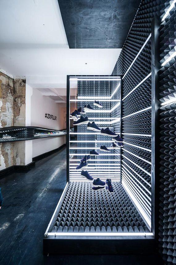 Cristobal=Me llama mucho la forma en la que están colocadas las zapatillas y también la iluminación #adidasoriginals #zxflux